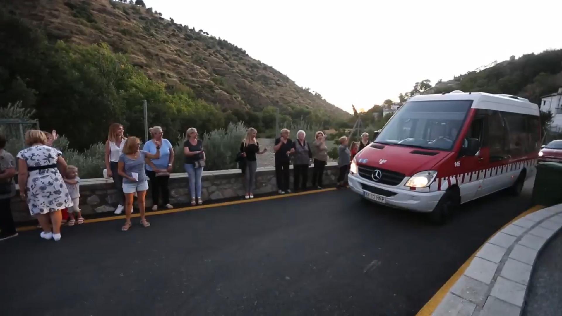 Vecinos del Camino de Beas protestan por la falta de autobuses que suben a esta zona del Sacromonte
