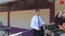 Carlos Suarez y su sustituto a la salida del estadio