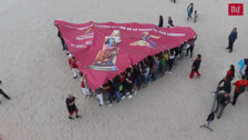 Récord Guiness. Los peñistas de Valladolid lucen la pañoleta más grande del mundo